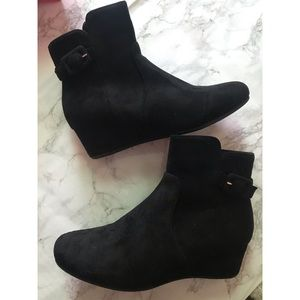 Shoes - Short wedged bootie😍